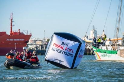 Activistas de Greenpeace bloquean el puerto de Rotterdam y piden prohibir los anuncios de combustibles fósiles
