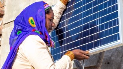 Las 3.000 ingenieras solares de la India formadas por la Barefoot College se llevan el prestigioso Energy Globe Fuego
