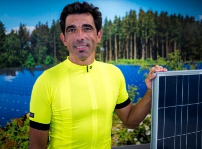 El ciclista Puebla, a la cabeza de un pelotón de 60.000 pioneros de la fotovoltaica