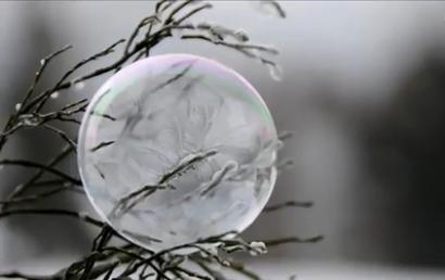 ¿Por qué el agua caliente puede congelarse antes que el agua fría?