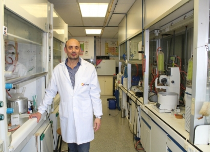 """Dos investigadores del Instituto de Ciencia de Materiales de Aragón hallan la """"molécula ideal"""" para la producción de paneles fotovoltaicos libres de metales"""