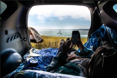 Ya puedes recargar tu móvil cuando te vayas de acampada con el miniaerogenerador portátil Shine