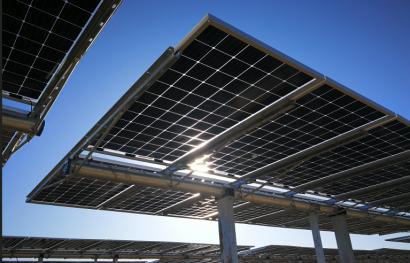 a maior central de enerxía solar do mundo, en Abu Dhabi, está garantido o financiamento