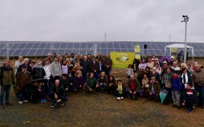 La cooperativa Som Energía inaugura un parque solar que han financiado 1.600 de sus socios
