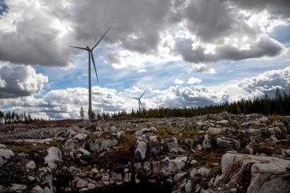 Las renovables derrumban un 54% el precio de la luz y convierten España en exportadora de electricidad a Francia
