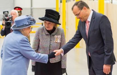 La Reina Isabel de Inglaterra visita la fábrica de palas de Siemens Gamesa en Hull