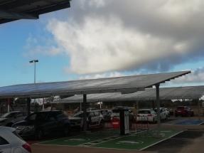 ¿Cuánta electricidad podrían producir los aparcamientos públicos si colocáramos placas solares sobre sus cubiertas de chapa?