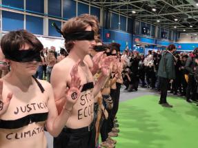 """Activistas de XR se desnudan ante el stand de Endesa de la COP25 para denunciar el """"greenwashing"""""""