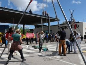 Los ecologistas bloquean el acceso al Tecnhology Lab de la compañía que más CO2 emite en España, Repsol