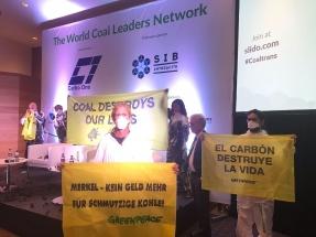 Activistas de Greenpeace bloquean la conferencia internacional del carbón de Barcelona