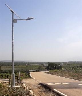 Farolas solares para iluminar los reductores de velocidad en las carreteras de Córdoba