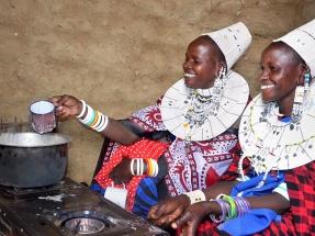 Mujeres en Tanzania mejoran su calidad de vida gracias al biogás y aprenden a extender su uso