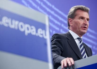 Oettinger, atento por si hay que tomar medidas con las renovables en España