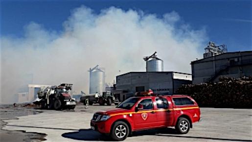 Arde la zona de acopio de biomasa de la planta de pélets más grande de España
