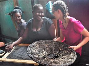 Nuevos biocombustibles y sistemas de secado para evitar muertes por la combustión de estufas en Uganda