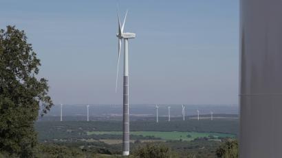 Acciona se convierte en pionera en hibridar paneles solares con torres eólicas