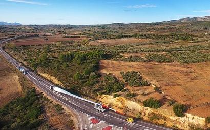 Así viaja por Castellón la pala eólica más grande fabricada en España: 73,5 metros
