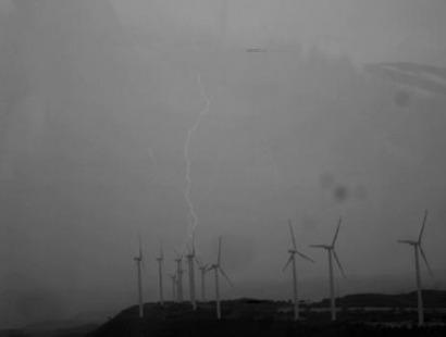 De cómo las palas de los aerogeneradores lanzan rayos al viento