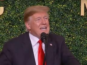 Trump dice que los aerogeneradores devalúan el valor de los inmuebles y que su ruido provoca cáncer