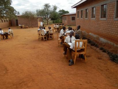 ESF electrifica con energía solar una aldea de estudiantes huérfanos del sida en Kenia