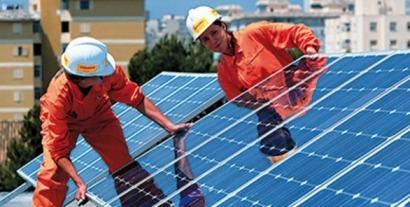"""Greenpeace pregunta al Ejecutivo Rajoy """"¿a qué espera?"""" para derogar el impuesto al sol"""
