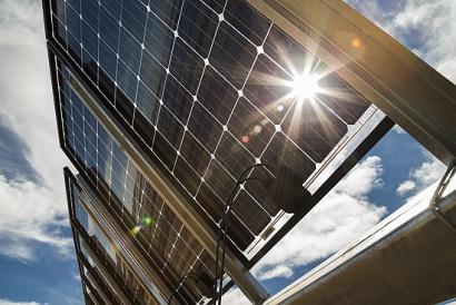 Optimizar el rendimiento con seguidores solares combinados con módulos bifaciales