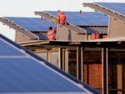 Una veintena de asociaciones acusa al ministro de Energía de perseguir el autoconsumo