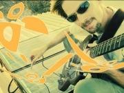 Un músico graba sus canciones con energía solar