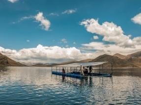 Un panel fotovoltaico flotante sirve para energizar un sistema de regadío a 4.000 metros de altura