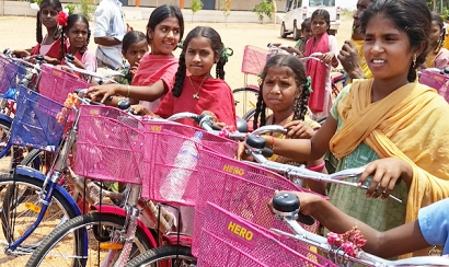 Circutor y la Fundación Vicente Ferrer llevan bicicletas a niños de la India
