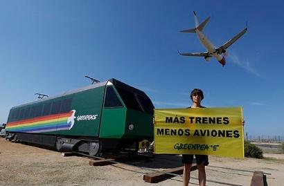 Greenpeace lleva un tren al aeropuerto de Barcelona para exigir más trenes y menos aviones