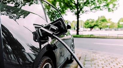 Las matriculaciones de turismos eléctricos suben un 102% hasta octubre, superando las 8.200 unidades