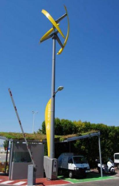 Una farola eólica alimentará el parque móvil eléctrico de Cespa Barcelona