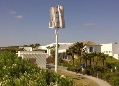 Kliux instala un sistema híbrido eólico y fotovoltaico en un golf resort de Andalucía