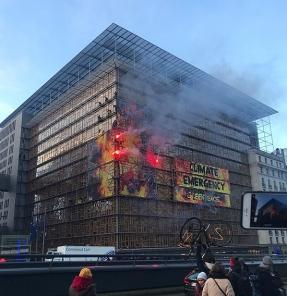 """Greenpeace """"incendia"""" la reunión de líderes de la UE en Bruselas para denunciar la emergencia climática"""