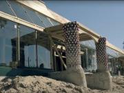Una escuela hecha de neumáticos, botellas de vidrio, cartón y latas