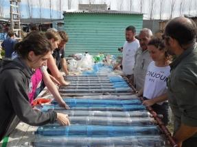 Premian al creador de un proyecto solidario que construye termotanques solares con residuos