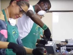 Un proyecto aúna la inclusión social y el reciclado de desechos electrónicos en sistemas solares térmicos