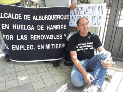 El alcalde de Alburquerque comienza la huelga de hambre frente a Industria